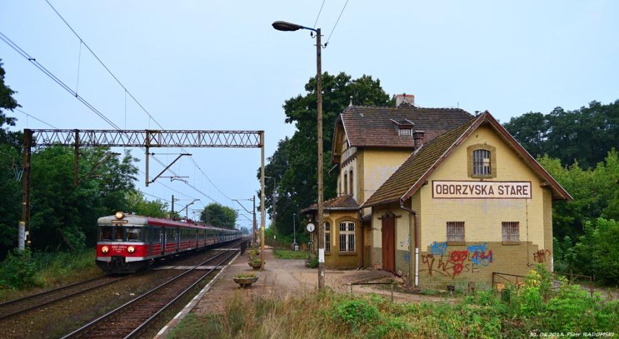 Obrzyska Stare, Pociąg osobowy Leszno - Poznań mija jeden z najbardziej klimatycznych budynków stacyjnym na tym szlaku