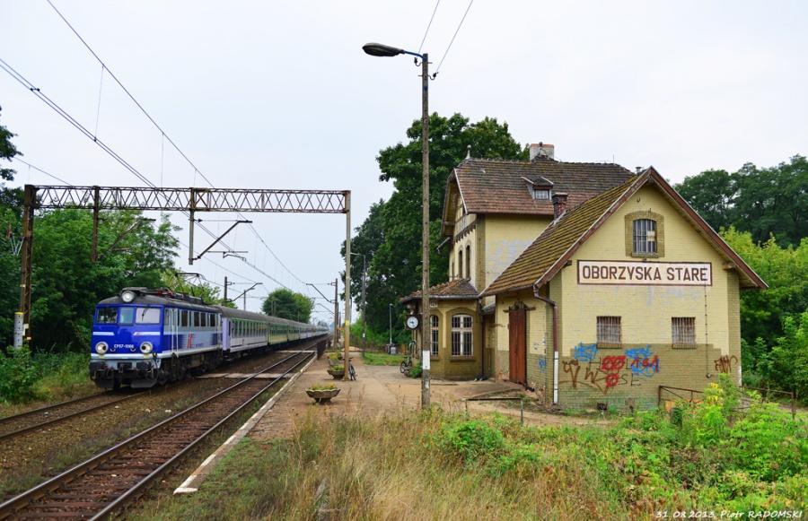 Obrzyska Stare, Pociąg TLK GWAREK Katowice - Gdynia mija jeden z najbardziej klimatycznych budynków stacyjnym na tym szlaku