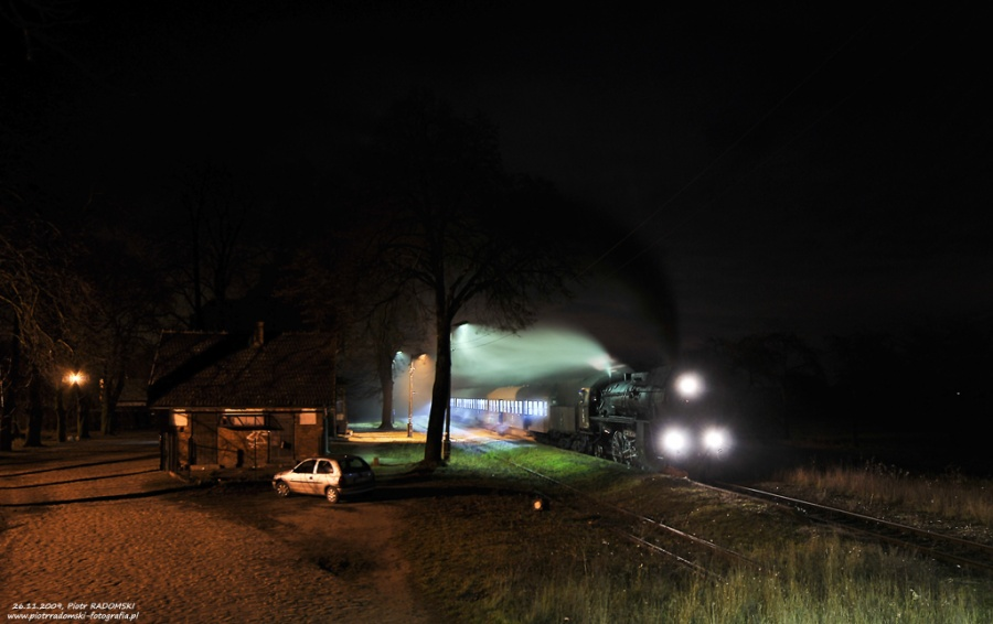 Strykowo Poznańskie. Parowóz Ol49-69 z wieczornym pociągiem osobowym z Poznania do Wolsztyna.