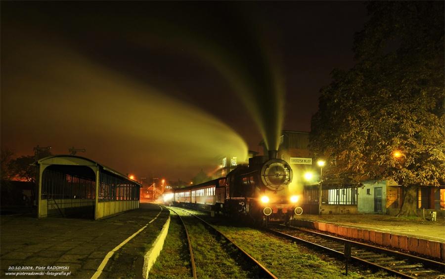 Grodzisk Wlkp. Parowóz Ok 22-31 z wczesno porannym  pociągiem osobowym z Wolsztyna do Poznania.