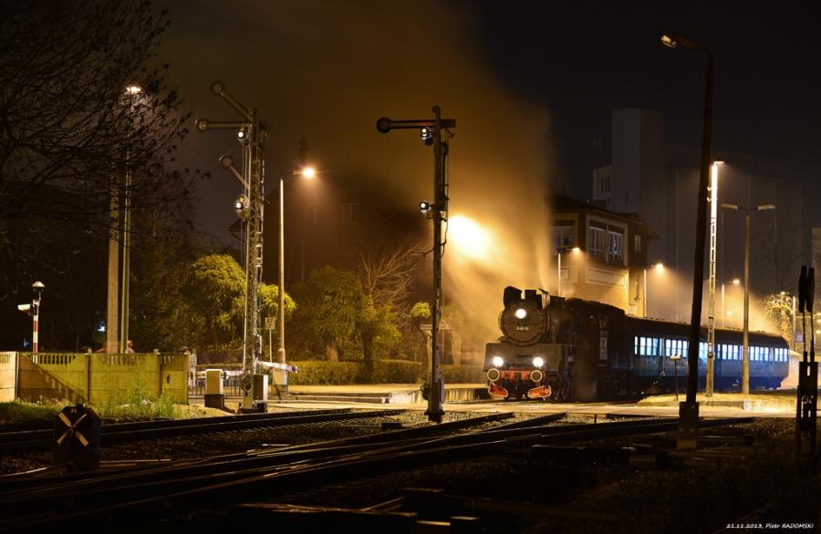 Grodzisk Wlkp. Parowóz Ol49-69 z wieczornym pociągiem osobowym z Poznania do Wolsztyna.