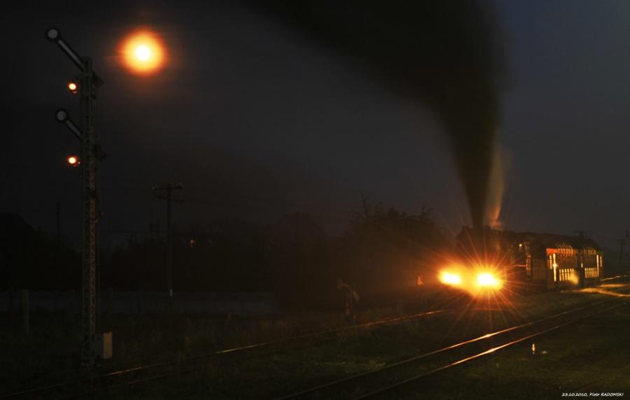 Granowo Nowotomyskie. Parowóz Ol49-69 z wieczornym pociągiem osobowym z Poznania do Wolsztyna.