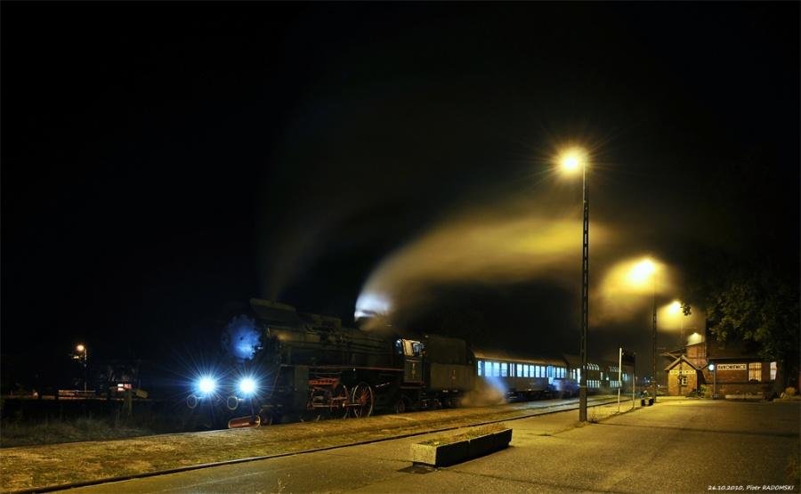 Rakoniewice. Parowóz Ol49-69 z wieczornym pociągiem osobowym z Poznania do Wolsztyna.