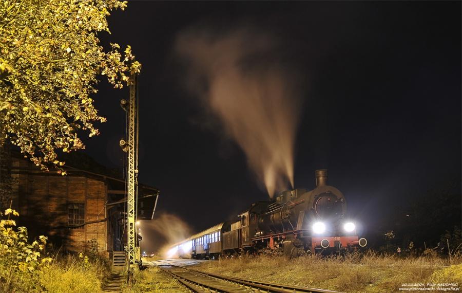Rakoniewice. Parowóz Tr5-65 z wczesno porannym pociągiem osobowym z  Wolsztyna do Poznania.
