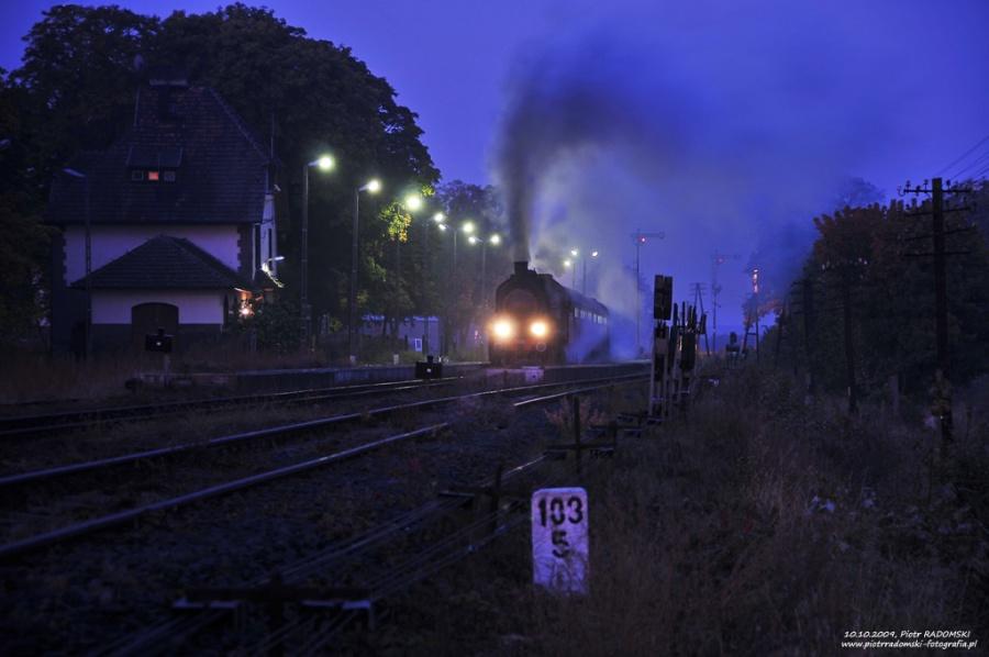 Stęszew. Parowóz Tr5-65 z wczesno porannym pociągiem osobowym z  Wolsztyna do Poznania.