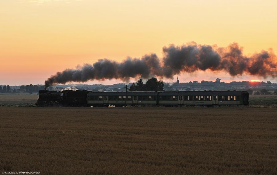 Tłoki. Parowóz Ol49-69 z pociągiem osobowym z Wolsztyna do Poznania.