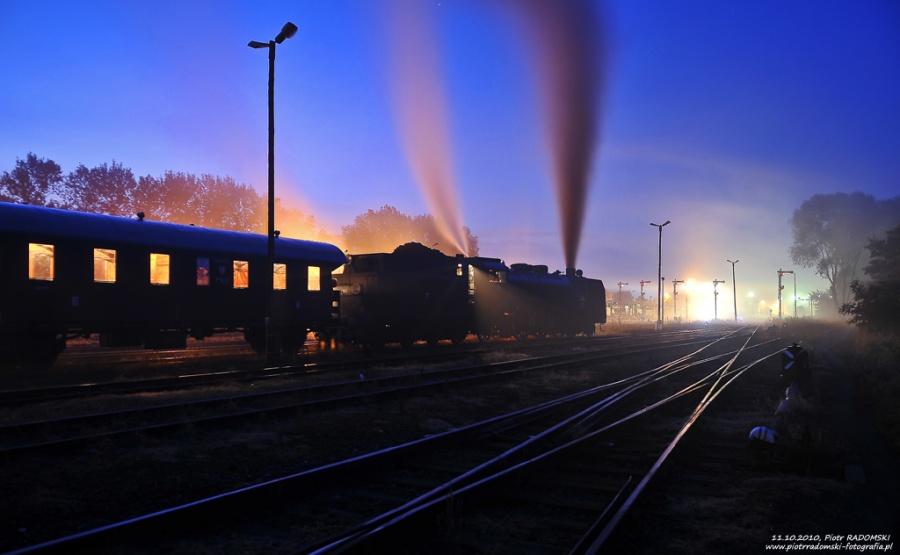 """Wolsztyn. Parowóz Pm36-2 - """"PIĘKNA HELENA"""" z pociągiem specjalnym do Zielonej Góry szykuje się do podstawienia w perony."""