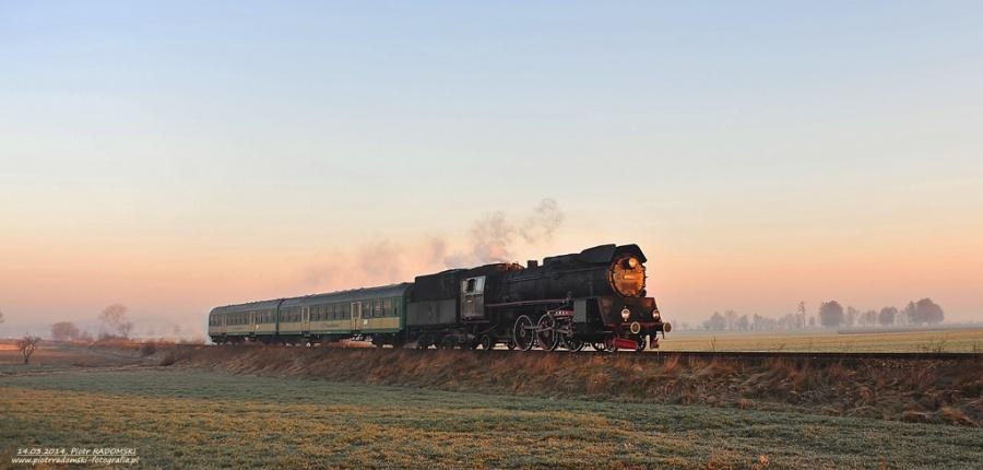 Perkowo. Parowóz Ol49-59 z pociągiem osobowym z  Leszna do Wolsztyna.