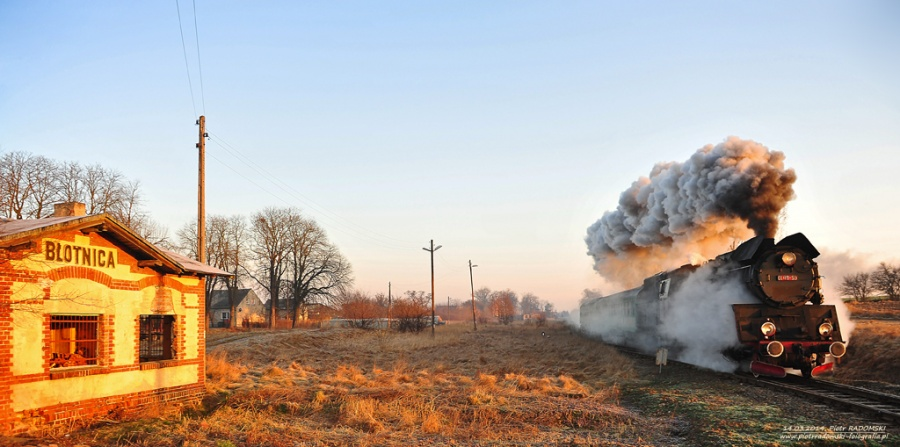 Błotnica. Parowóz Ol49-59 z pociągiem osobowym z Wolsztyna do Leszna.