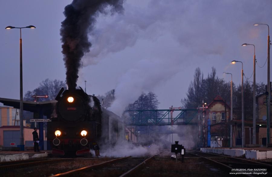 Wolsztyn. Parowóz Ol49-69 z pociągiem osobowym z Wolsztyna do Leszna.