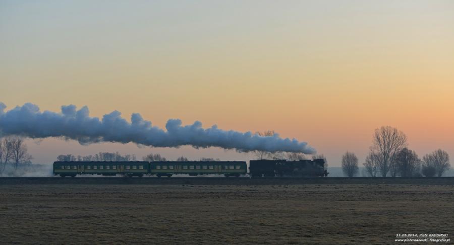 Nowy Solec. Parowóz Ol49-69 z pociągiem osobowym z  Leszna do Wolsztyna.