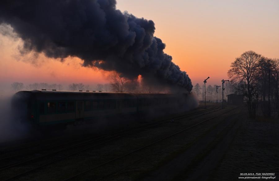 Nowa Wieś - Mochy. Parowóz Ol49-59 z pociągiem osobowym z Wolsztyna do Leszna.
