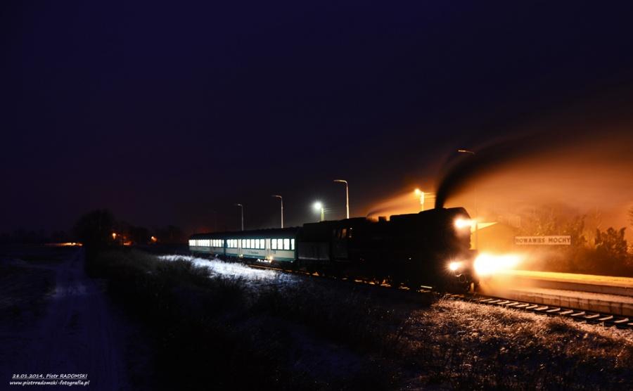 Nowa Wieś - Mochy. Parowóz Ol49-69 z wieczornym pociągiem osobowym z Leszna do Wolsztyna.