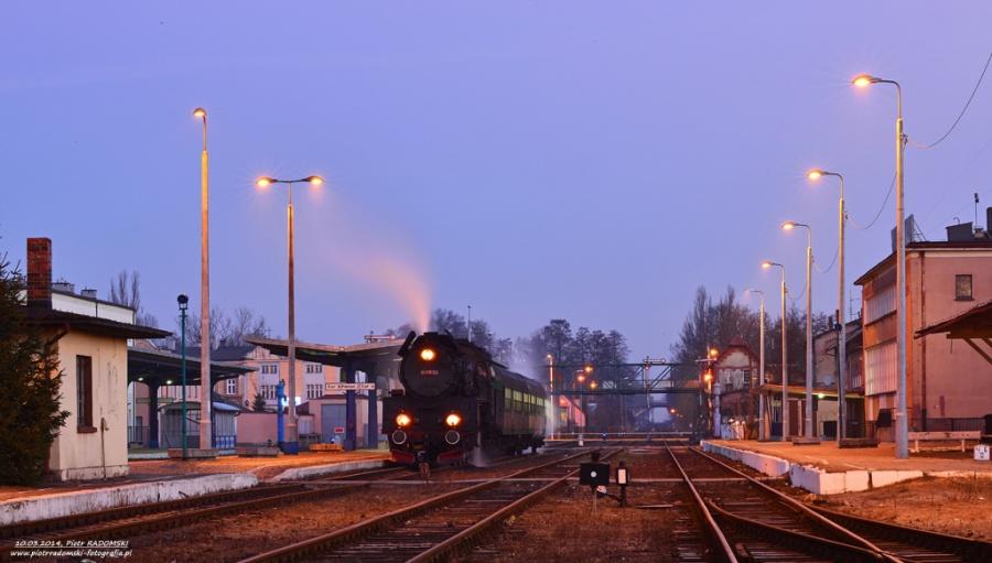Wolsztyn. Parowóz Ol49-59 z pociągiem osobowym z Wolsztyna do Leszna.