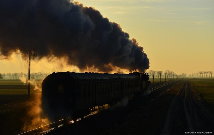 Granowo Nowotomyskie. Parowóz Ol49-59 z pociągiem osobowym z Wolsztyna do Poznania.