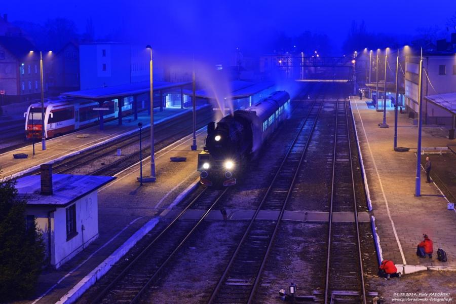 Wolsztyn. Parowóz Ol49-69 z pociągiem osobowym z Wolsztyna do Leszna. SKŁADANIE HOŁDU PAROWOZOM PRZEZ MIŁOŚNKÓW KOLEI :-)
