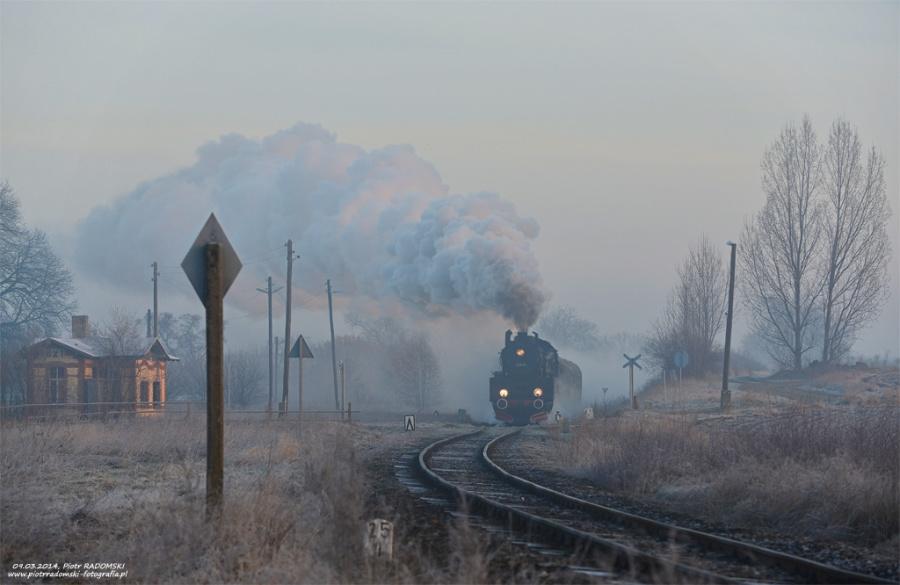 Błotnica. Parowóz Ol49-69 z pociągiem osobowym z Wolsztyna do Leszna.