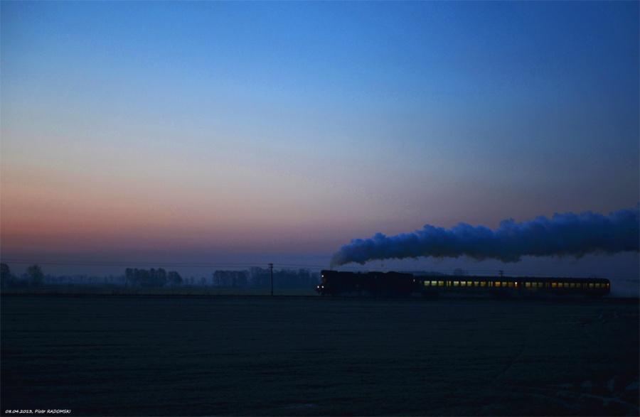 Tłoki. Parowóz Ol49-59 z pociągiem osobowym z Wolsztyna do Poznania.