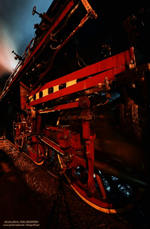 Parowozownia Wolsztyn obrządzanie parowozu Ol49-69 na kanale oczystkowym