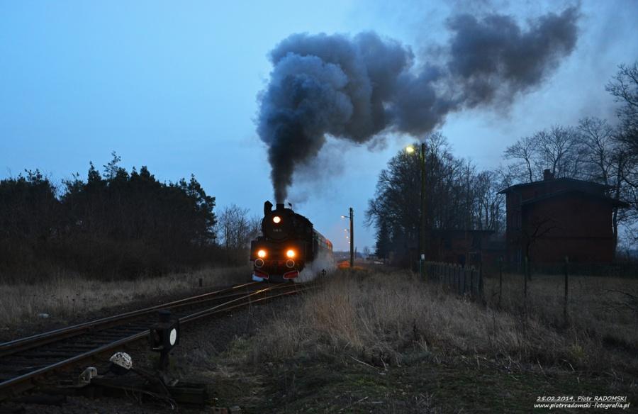 Wroniawy. Parowóz Ol49-69 z pociągiem osobowym z Leszna do Wolsztyna.