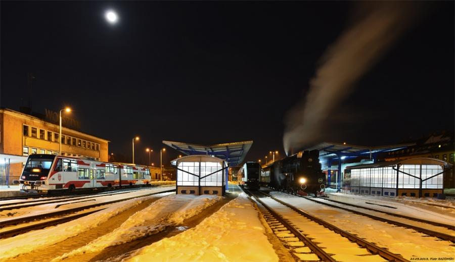 Wolsztyn - stacja.  Parowóz Ol49-69 z wieczornym  pociągiem osobowym z Poznania zakończył bieg.