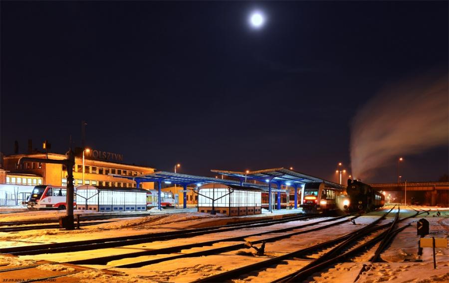 Wolsztyn - stacja.  Parowóz Ol49-69 z wieczornym  pociągiem osobowym z Poznania odstawia wagony na tor postojowy.