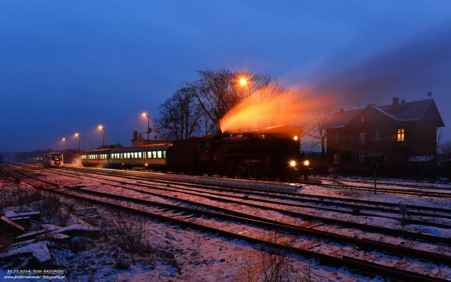 Włoszakowice. Parowóz Ol49-69 z pociągiem osobowym z Leszna do Wolsztyna.