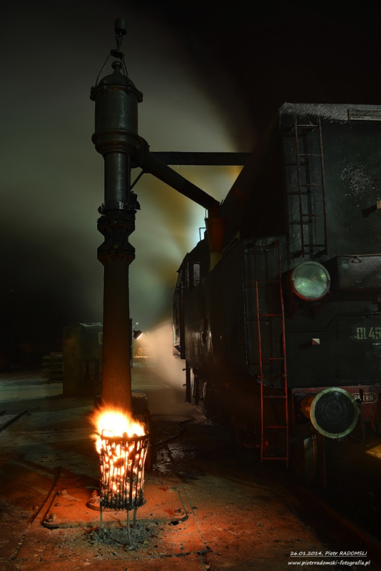 Parowozownia Wolsztyn nawadnianie parowozu Ol49-69 na kanale oczystkowym