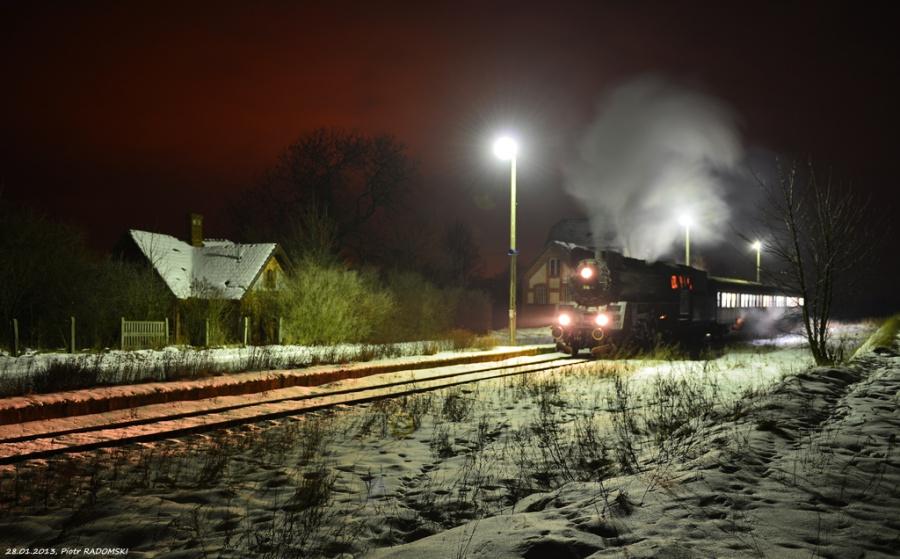 Ruchocice. Parowóz Ol49-69 z wieczornym pociągiem osobowym z Poznania do Wolsztyna.