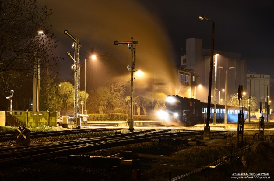 Grodzisk Wlkp. Parowóz Ol49-59 z wieczornym pociągiem osobowym z Poznania do Wolsztyna.