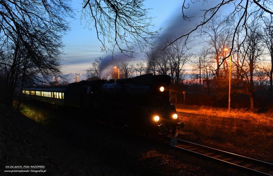 Błotnica. Parowóz Ol49-69 z pociągiem osobowym z Leszna do Wolsztyna.