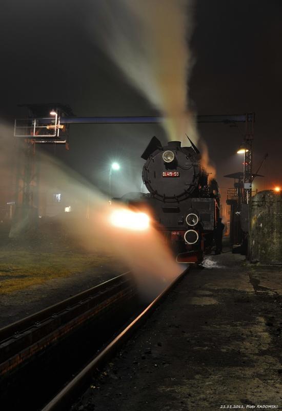 Parowozownia Wolsztyn obrządzanie parowozu Ol49-59 na kanale oczystkowym