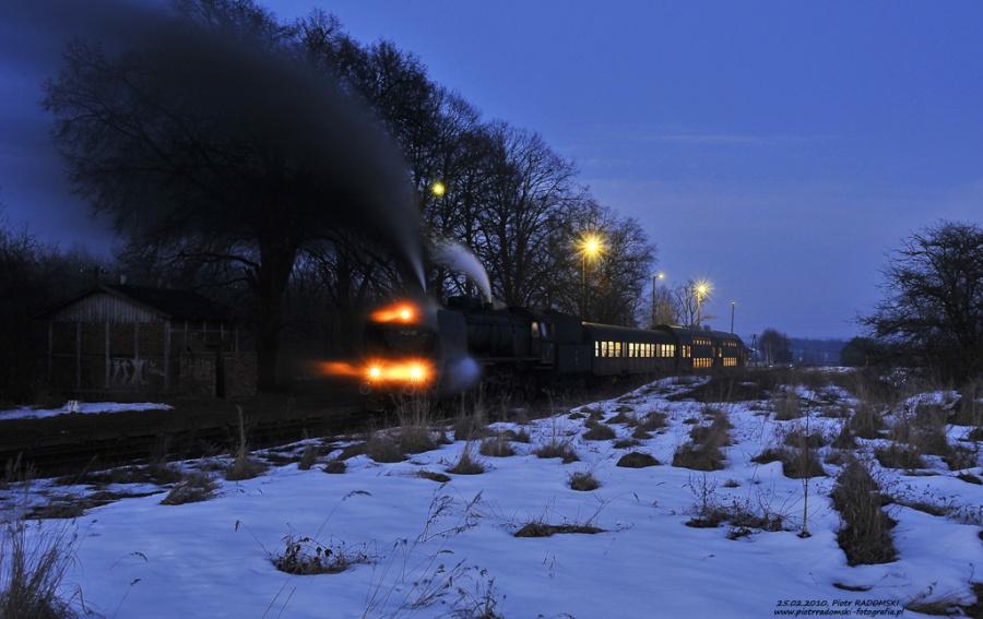 """Trzebaw - Rosnówko. Parowóz Pt47-65 - """"PETUCHA"""" z wieczornym pociągiem osobowym z Poznania do Wolsztyna."""