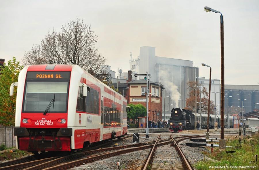 Grodzisk Wlkp. Pociąg osobowy Wolsztyn - Poznań Gł. i pociąg specjalny przeciwnej relacji.