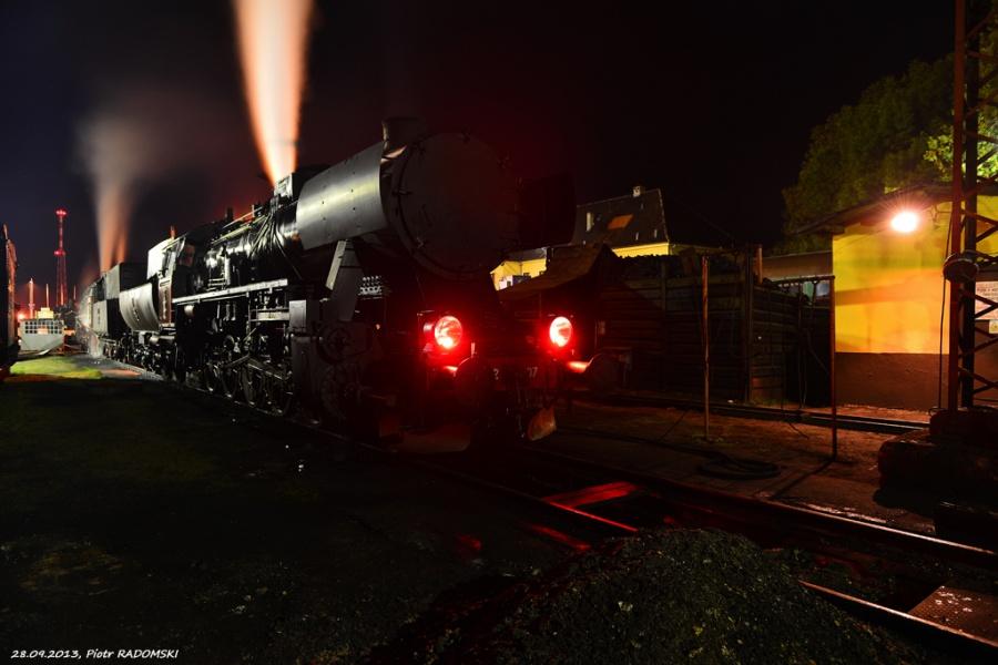 Parowozownia Wolsztyn obrządzanie parowozów Ol49-69 i Ty42-107 na kanale oczystkowym