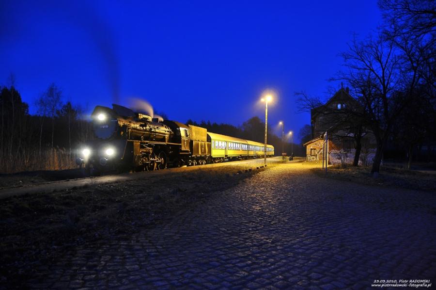Rostarzewo. Parowóz Ol49-59 z wieczornym pociągiem osobowym z Poznania do Wolsztyna