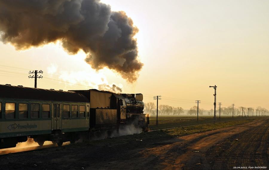 Granowo Nowotomyskie. Parowóz Ol49-69 z pociągiem osobowym z Wolsztyna do Poznania.