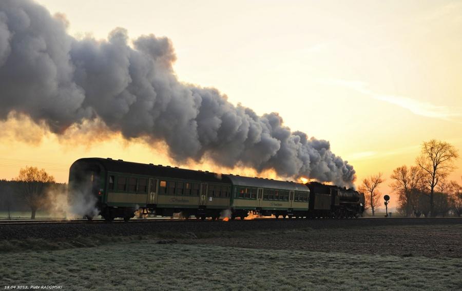 """Grodzisk Wlkp. Parowóz Pm36-2 """"PIĘKNA HELENA"""" z pociągiem osobowym z Wolsztyna do Poznania."""