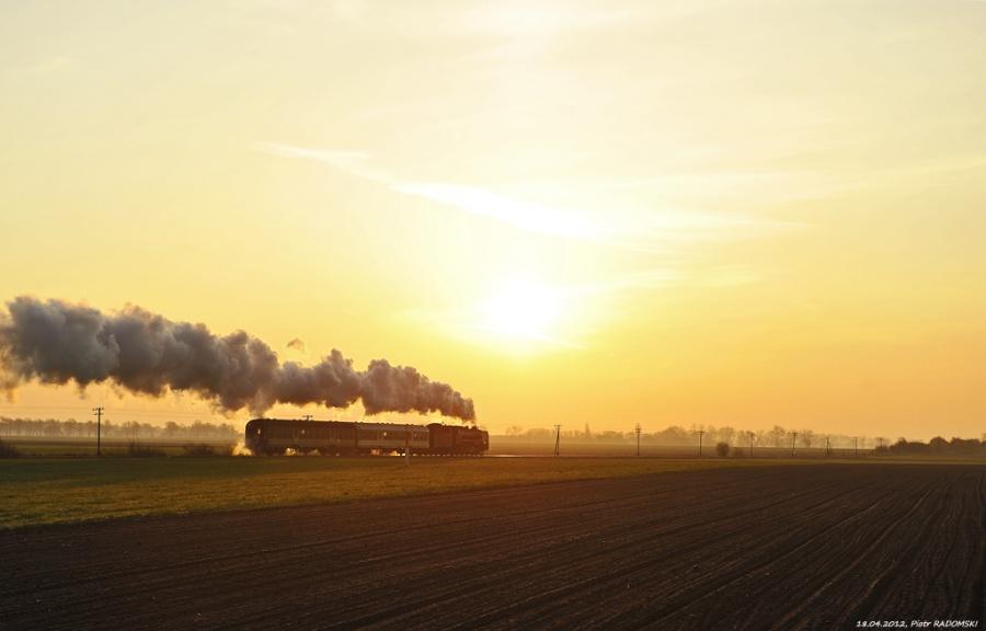 """Granowo Nowotomyskie. Parowóz Pm36-2 """"PIĘKNA HELENA"""" z pociągiem osobowym z Wolsztyna do Poznania."""