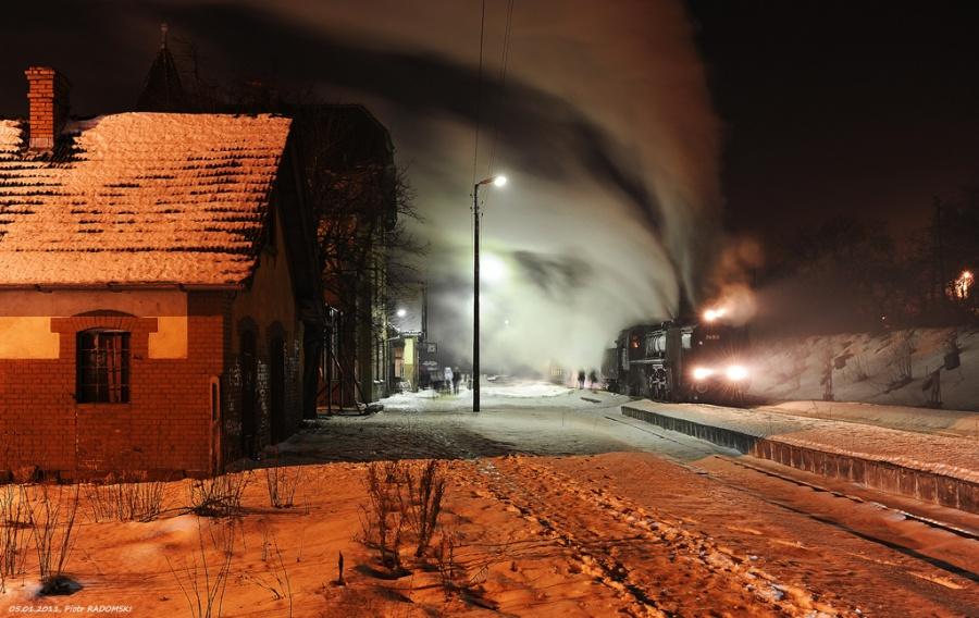 """Stęszew. Parowóz Pm36-2 - """"PIĘKNA HELENA"""" z wieczornym pociągiem osobowym z Poznania do Wolsztyna."""