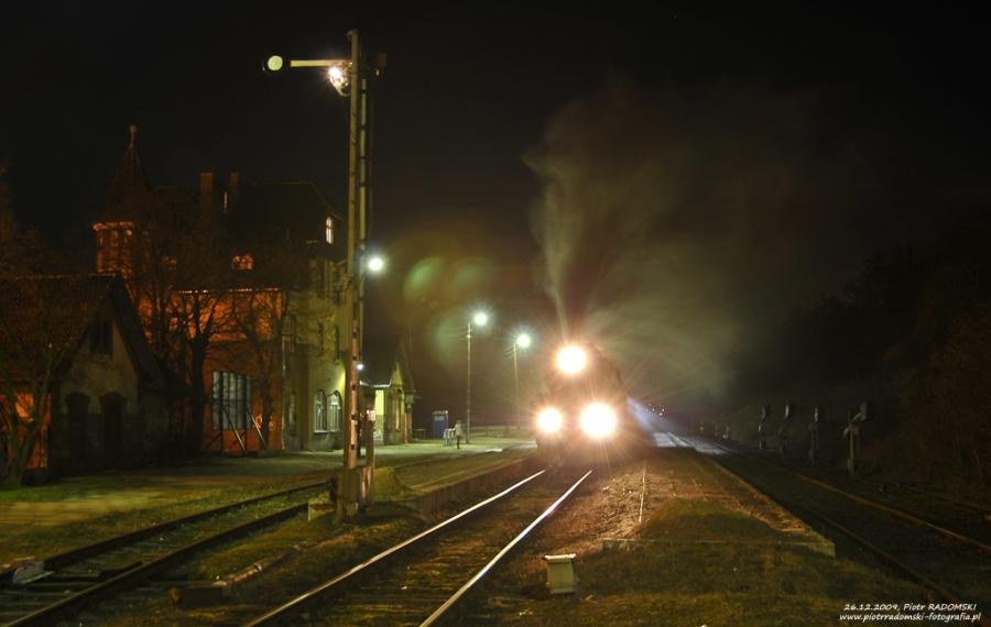 Stęszew. Parowóz Ol49-7 z wieczornym pociągiem osobowym z Poznania do Wolsztyna.