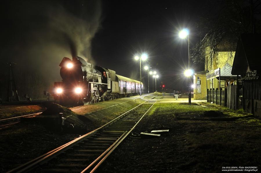 Granowo Nowotomyskie. Parowóz Ol49-7 z wieczornym pociągiem osobowym z Poznania do Wolsztyna.