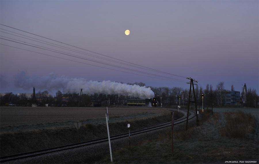 Grodzisk Wlkp. Parowóz Ol49-59 z wczesno porannym  pociągiem osobowym z Wolsztyna do Poznania opuszcza Grodzisk Wlkp..