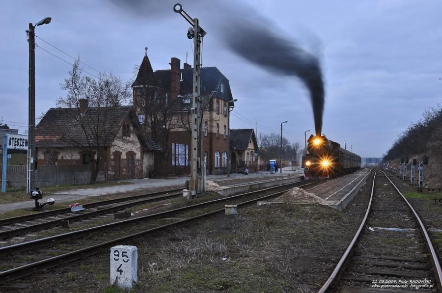Stęszew. Parowóz Ol49-59 z pociągiem osobowym z Poznania do Wolsztyna.