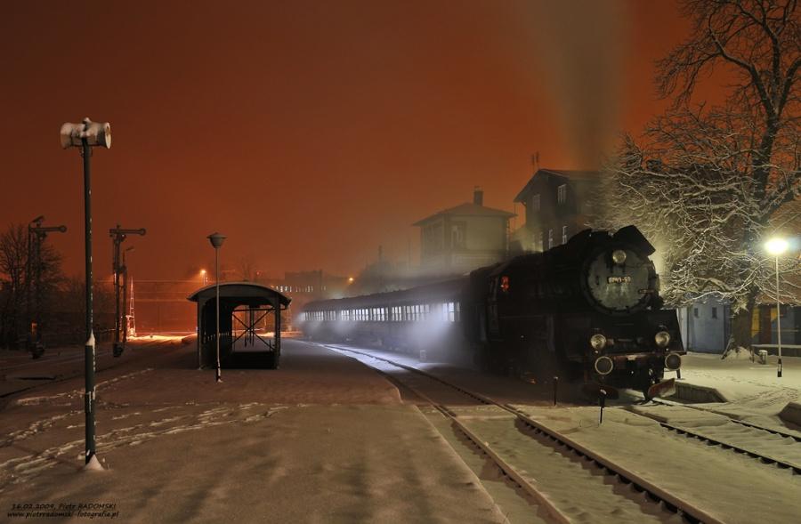 Grodzisk Wlkp. Parowóz Ol49-59 z wczesno porannym  pociągiem osobowym z Wolsztyna do Poznania.