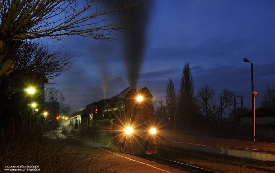 Grodzisk Wlkp. Parowóz Ol49-59 z pociągiem osobowym z Poznania do Wolsztyna.