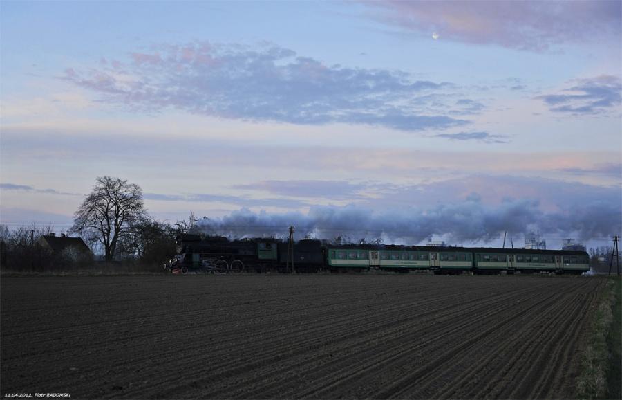 Grodzisk Wlkp. Parowóz Ol49-59 z pociągiem osobowym z Wolsztyna do Poznania.