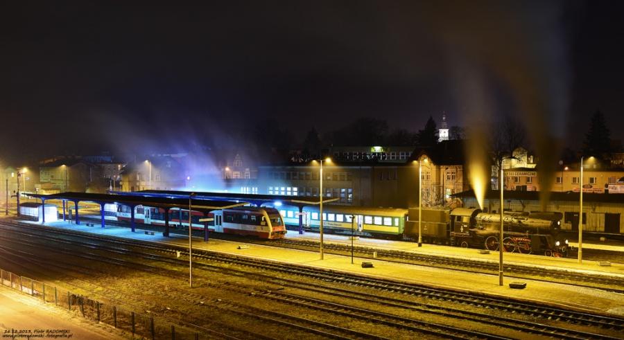 Wolsztyn. Parowóz Ol49-69 z porannym pociągiem osobowym z Wolsztyna do Leszna.