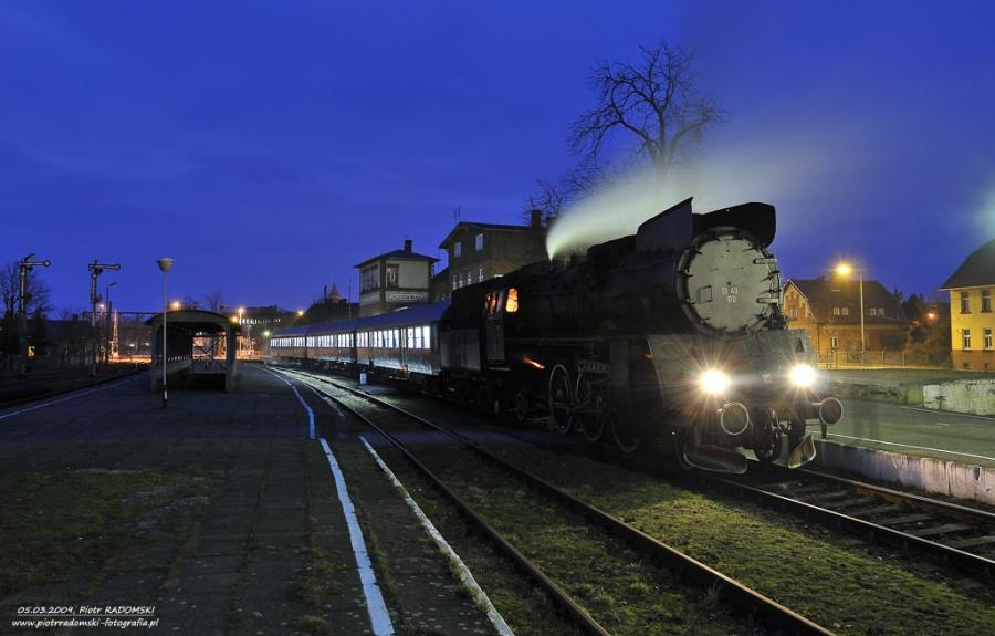 Grodzisk Wlkp. Parowóz Ol49-69 z pociągiem osobowym z Wolsztyna do Poznania.