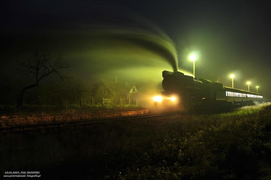 Ruchocice. Parowóz Ol49-7 z wieczornym pociągiem osobowym z Poznania do Wolsztyna.